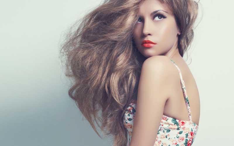 Modèle photo avec de beaux cheveux